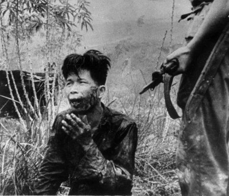 Un soldado apunta a un joven indonesio capturado, en una imagen de 1965. Russell Knight, Getty