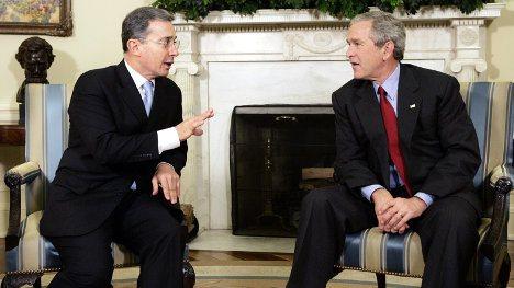 Álvaro Uribe fue condecorado por George W. Bush, el tristemente célebre ex mandatario de Estados Unidos