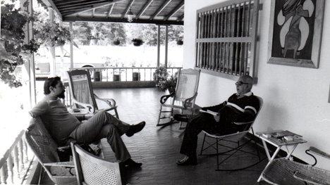 El poeta José Luis Díaz-Granados visita al maestro Carlos Castro Saavedra en su casa de Medellín (1984)