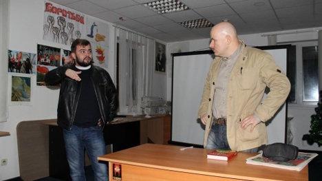 Sergei Kirichuk, coordinador de Borotba (a la izquierda) con el periodista Oles Buzina en una reunión de diciembre de 2013 en Kiev.
