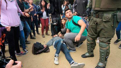 Los estudiantes tratan de auxiliar a su compañero herido