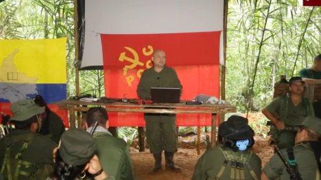 El negociador de las FARC-EP Carlos Antonio Lozada en campamento de esa guerrilla explica el plan de desminado acordado con el Gobierno en La Habana