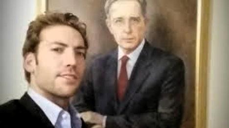 Martín Santos ante retrato de AUV.