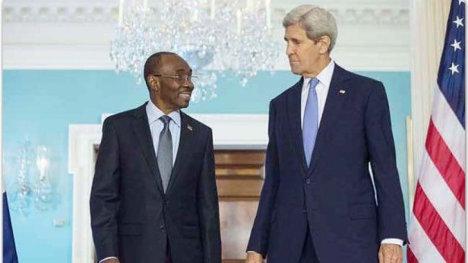El primer ministro de facto haitiano Evans Paul, con el secretario de Estado de los EEUU John Kerry.