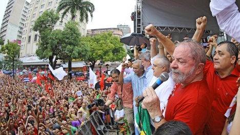 Luiz Inácio Lula da Silva ante una concentración de respaldo al gobierno del PT en Brasil.