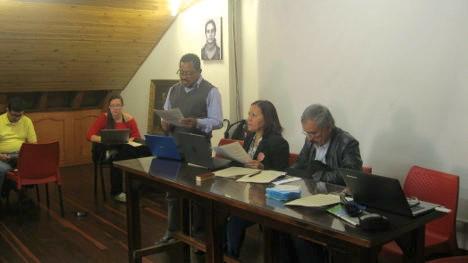 Zabier Hernández lee el informe central. En la mesa, Jaime Caycedo y Magnolia Agudelo del Comité Ejecutivo Central. A la izquierda Isabel Meza y Giovanni Libreros. Foto C.L.