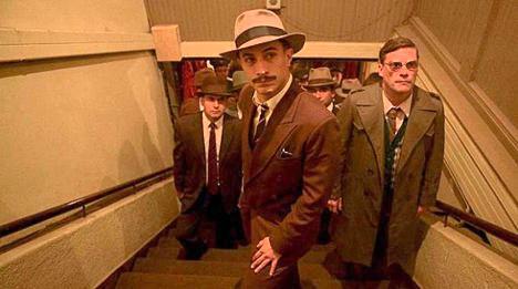 En primer plano, Gael García Bernal interpretando al policía que persigue a Pablo Neruda en 'Neruda'.