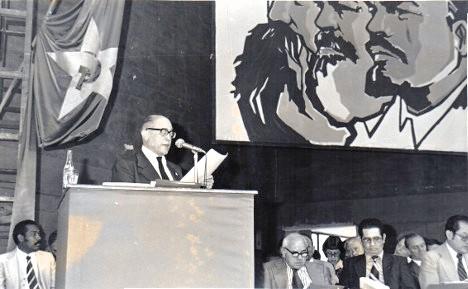 El XIII Congreso del Partido Comunista Colombiano fue el comienzo de un debate nacional hacia la solución política dialogada de la confrontación armada. Gilberto Vieira presenta el informe político central. Foto archivo.