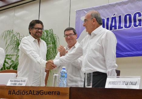 Iván Márquez y Humberto de la Calle se dan la mano después de la firma del Acuerdo Final.